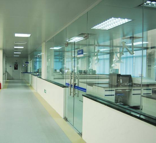 PVC地板+半墙半玻璃隔断+铝扣板吊顶